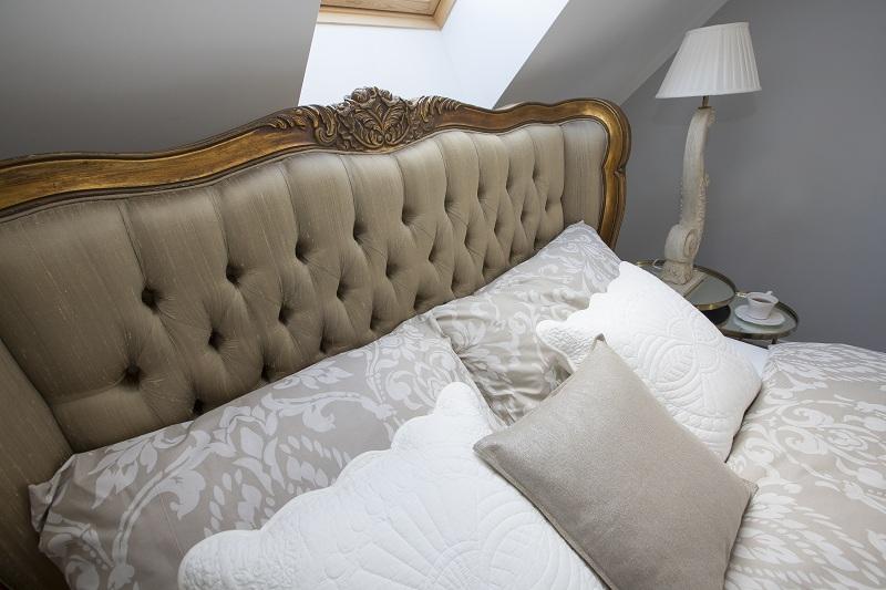 łóżko z zagłówkiem