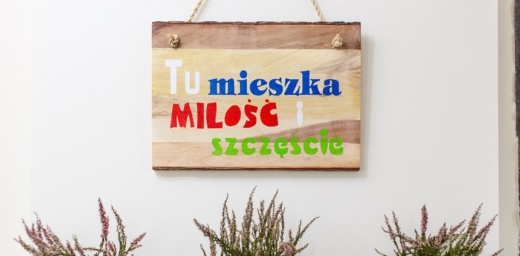 napis na drewnie